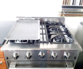 Griddle Accessory RM1423 shown on top of DRGB3001-CG Range